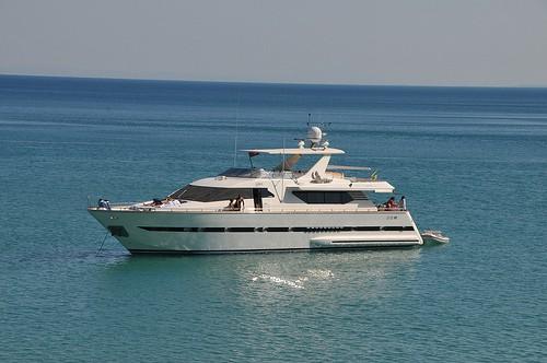 Yaht 2 Cruising Sea