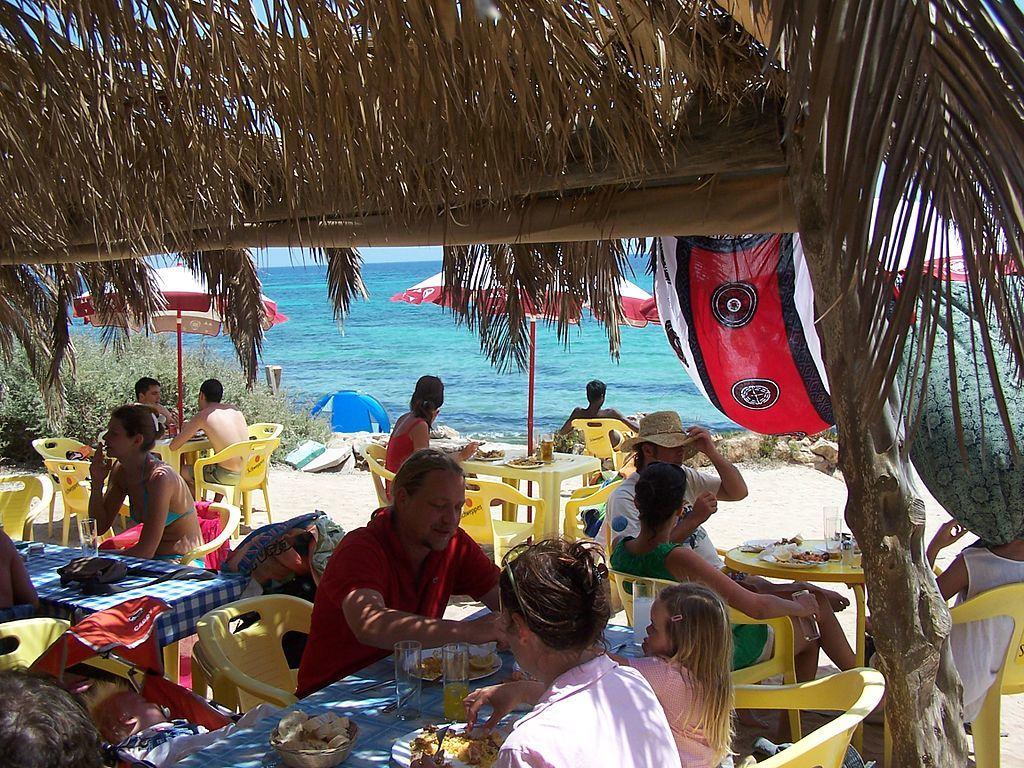 Formentera_beach_restaurant-min