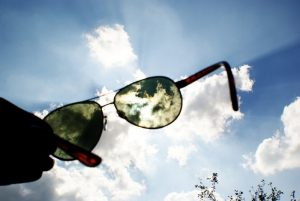 Polarized sunglasses to protect the eyes from the sun